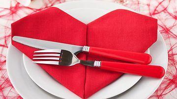 Sydämen muotoiseksi taiteltu servietti sopii täydellisesti ystävänpäivään.