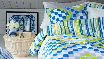 Sininen ja keltainen piristävät makuuhuonetta. Kuva: Luhta Home