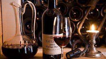 Viini kannattaa dekantoida kynttilänvalossa.