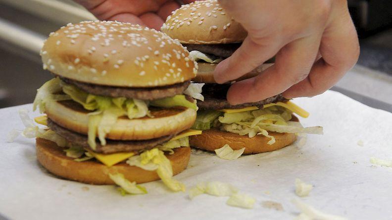BicMac -hampurilaisen valmistusta McDonald'sissa Helsingissä 21. marraskuuta 2013.