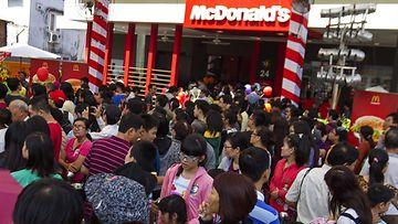 Vietnamin ensimmäisessä McDonald'sissa riittää kävijöitä.