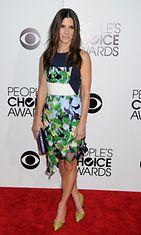 Sandra Bullock hehkeänä vihreässä mekossa.