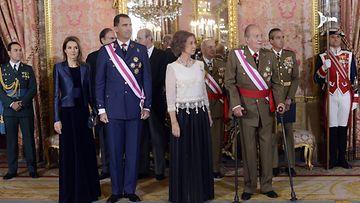 Kuningas Juan Carlos (oik.) ja kuningatar Sofia prinsessa Letizian ja prinssi Felipen kanssa.