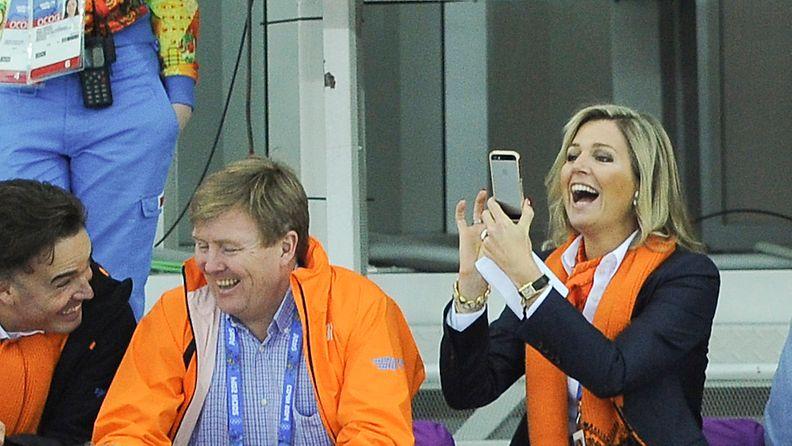 Hollannin kuningatar Maxima kuvasi miesten pikaluistelua Sotshin olympialaisissa puhelimellaan.