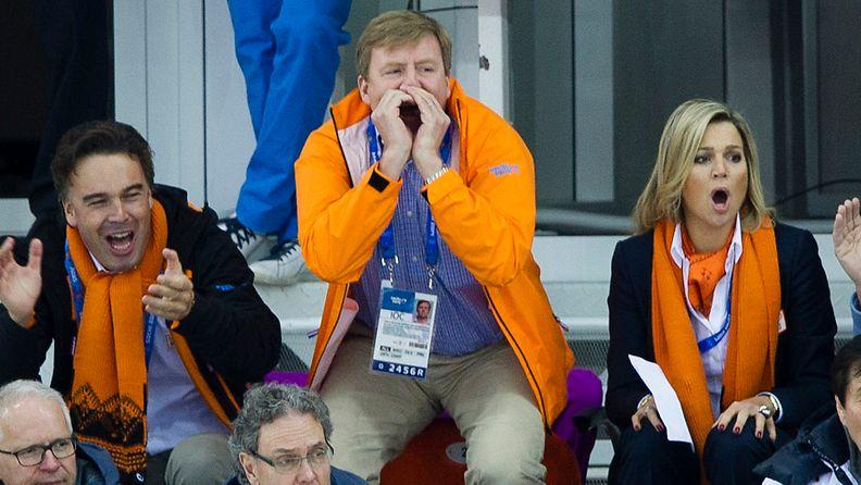 Hollannin kuningaspari Willem-Alexander ja Maxima Sotshin olympialaisissa kannustamassa pikaluistelijoita.