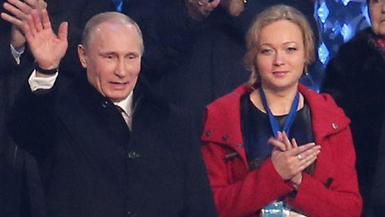 Venäjän presidentti Vladimir Putin seurasi talviolympialaisten avajaisia entisen kelkkailija  Irina Skvortsovan kanssa.