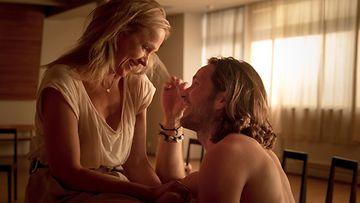 Anu Sinisalon näyttelemä Heli rakastuu nuoreen Jarnoon (Kai Vaine) elokuvassa Ei kiitos.