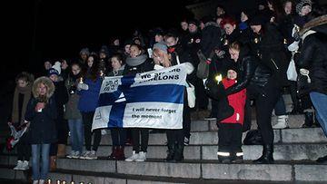 Fanit lauloivat yhdessä Tuomiokirkon portailla 2013.