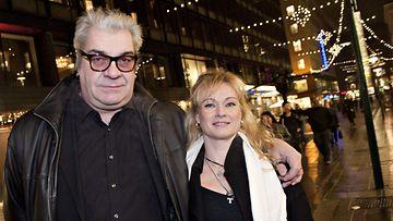 Jussi Lampi kihlattunsa Marjo Salomaan kanssa Ainoat oikeat -elokuvan kutsuvierasgaalassa 16. joulukuuta.