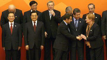 Nicolas Sarkozy kättelemässä Tarja Halosta.