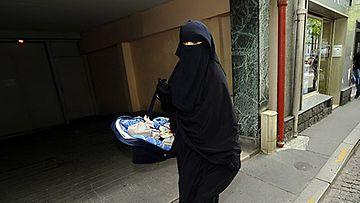 Ranskassa hallitus on hyväksynyt lakiesityksen, joka kieltää islamilaisten huntujen käytön julkisilla paikoilla. (EPA 19.5.2010)