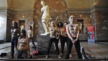 Femen-järjestön aktivistit protestoivat tunisialaisnaisen kohtelua Louvressa 3.10.2012.