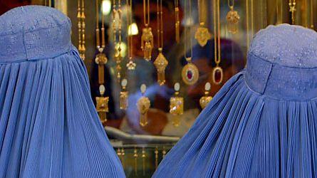 Burkaan pukeutuneita naisia Afgaistanissa. Kuva: Epa