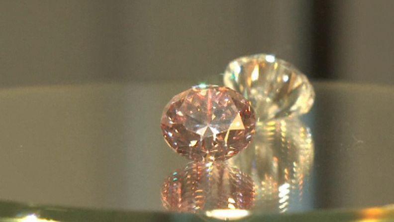 Pinkin 12.04 karaatin timantin takana kirkas 11.85 karaatin timantti.