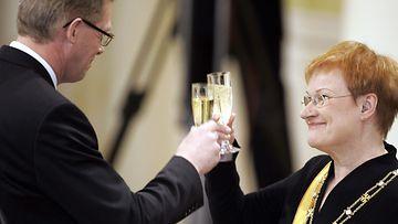 Presidentti Tarja Halonen nostaa maljan pääministeri Matti Vanhasen kanssa virkaanastujaisten juhlallisuuksissa Presidentinlinnan valtiosalissa 1. maaliskuuta 2006.