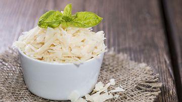 Parmesan-juusto sisältää eläimen vatsasta peräisin olevaa entsyymiä.