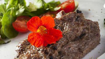 Köynnöskrassissa on pippurinen maku, jonka ansiosta se sopii mahtavan hyvin suolaisiin ruokiin.