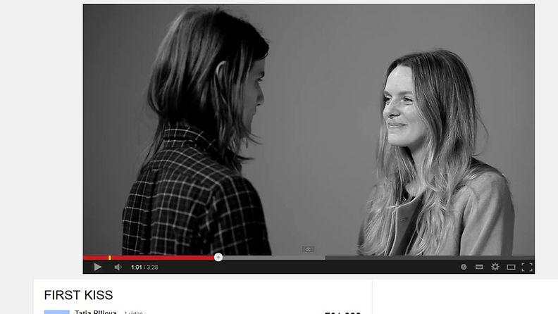First Kiss -video, kuvakaappaus YouTube-sivustolta
