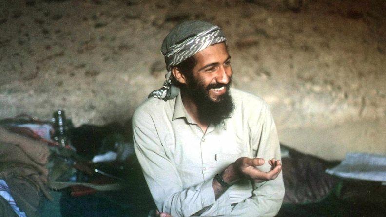 Hymyilevä Osama bin Laden kuvattuna afganistanilaisessa luolassa vuonna 1998. Kuva: EPA