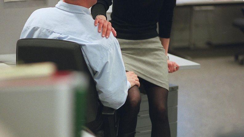 työsuhde seurustelu työpaikkaromanssi