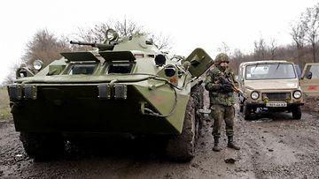 Ukrainan armeija partioi Luganskin ja Slovjanskin välisellä tiellä 13.4.2014.