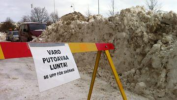 Lumesta ja jäästä varoittava ilmoitus Helsingin Töölössä