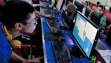 Internetin käyttäjiä nettikahvilassa Kiinan Pekingissä.