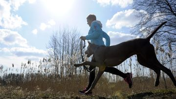 Marjo Nukari lenkkeili Tuusulassa aurinkoisessa säässä 18. huhtikuuta 2014.