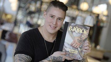 Julkkiskokki Tomi Björck julkisti Huippukokin kotiruokaa -kirjansa Helsingissä perjantaina 14. maaliskuuta 2014.