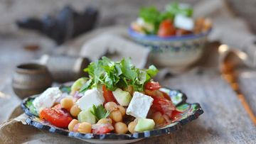 Kikherneet sopivat myös maistuvan lounassalaatin täytteeksi sellaisenaan.
