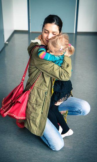 Natali Karppinen Lara-tyttärensä kanssa.