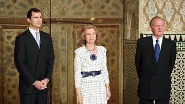 Espanjan kuningas Juan Carlos (oik.), kuningatar Sofia ja kruununprinssi Felipe Real Alcazarissa Sevillassa lauantaina 22. kesäkuuta 2002.