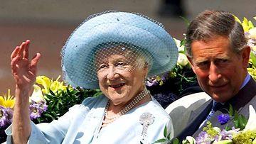 Kuningataräiti Elisabeth juhli 100-vuotissyntymäpäiviään yhdessä tyttärenpoikansa prinssi Charlesin kanssa Lontoossa.