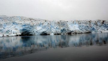 Nodenskiöldin jäätikön etureuna Huippuvuorilla, Länsimaan saarella. Jäätikkö sijaitsee Billefjordenin päässä.