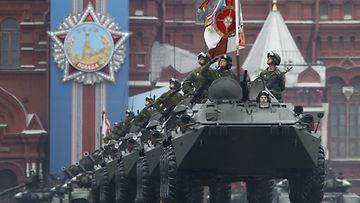 Venäläisjoukkoja voitonpäivän paraatissa Moskovan Punaisella torilla 9. toukokuuta 2012.