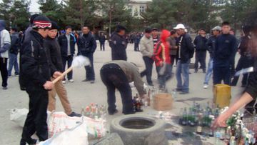 Kyrgyz opposition supporters preparing Molotov cocktails before clashes with police in Talas, Kyrgyzstan 06 April 2010 (EPA)