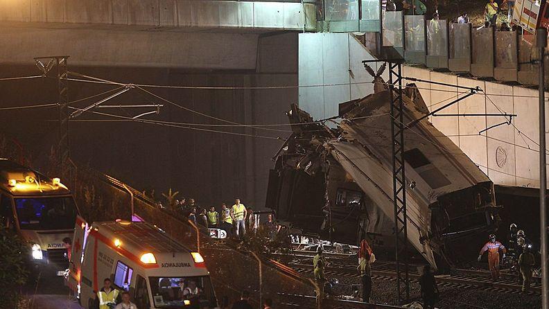 Paikalliset kertovat kuulleensa räjähdyksen ennen junan suistumista raiteilta Pohjois-Espanjassa.