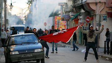 Nuorukaiset osoittavat mieltään Tunisian presidenttiä vastaan Tunisissa 14.1.2011. Kuva: EPA)