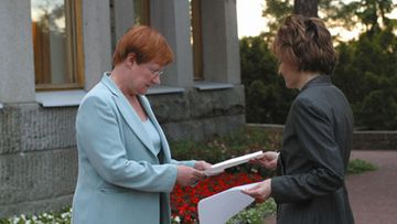 LKS 20030618 - NAANTALI - Finland's Prime Minister Anneli Jaatteenmaki (R) handing her resignation to President of Finland Tarja Halonen (L) on June 18, 2003 outside of the summer recidence of the president at Naantali, Finland. Jaattenmaki announced her resignation from her post as Prime Minister, June 18, following revelations over her use of leaked secret documents in the March election. LEHTIKUVA / STR / TIMO JAKONEN / kh