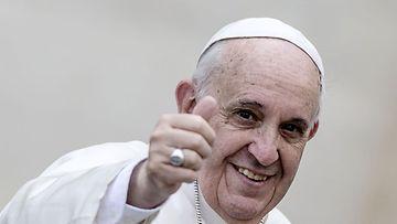 Paavi Francis näytti peukkua pääsiäisjuhlien 2014 alkaessa.