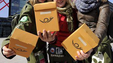 Aalto-yliopiston informaativerkosto-opiskelijat myymässä 10 euroa maksavaa Äpy-lehteä Narinkkatorilla Helsingissä 29. huhtikuuta 2013.