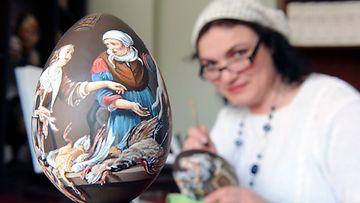 Venäläinen Wassa Rozina-Bergmann maalaa upeita pääsiäismunia.