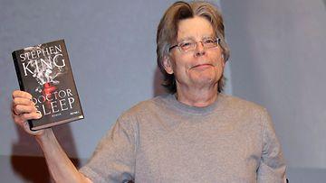 Stephen King ja Tohtori Uni -teoksen englanninkielinen versio, Doctor Sleep.