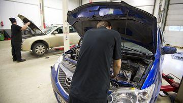 Henkilöautoa korjataan Atoy Autohuolto -ketjun autokorjaamolla Espoossa 13. joulukuuta 2013.