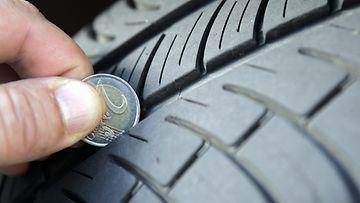 Autonrenkaiden urasyvyys on helppo mitata kahden euron kolikolla.