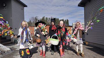 Noidiksi pukeutuneita virpojatyttöjä ja virpojapoikia oli liikeellä kauniissä kevät säässä Palmusunnuntaina 17. huhtikuuta 2011 Espoon Eestinmalmilla.