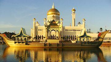 Moskeija Bruneissa. Paikallisen sulttaanin tiedetään järjestäneen kosteita juhlia, vaikka alkoholi on maassa laitonta.