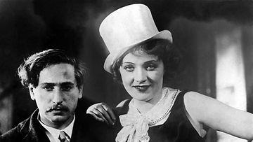 Marlene Dietrich elokuvassa The blue angel vuonna 1930.