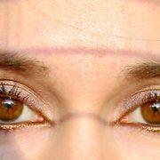 violettia yhdistettynä pronssin/kullan sävyiseen rajaukseen. Auringon valossa sävyt tuovat silmien värin kauniisti esille. Kuva: Mira Vuori