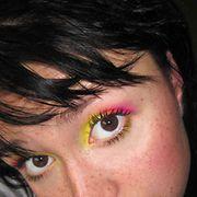 Miksi aina mustia rajauksia ja luonnollisia värejä? Kirkkaat värit korostaa paremmin! Rakastan itse käyttää keltaista, pinkkiä ja turkoosia, usein kahta sekaisin. Siihen kerrokset ripsiväriä ja siisti meikkipohja ja varmasti katse hehkuu ja erottuu! Kuva: Maija Jauhola